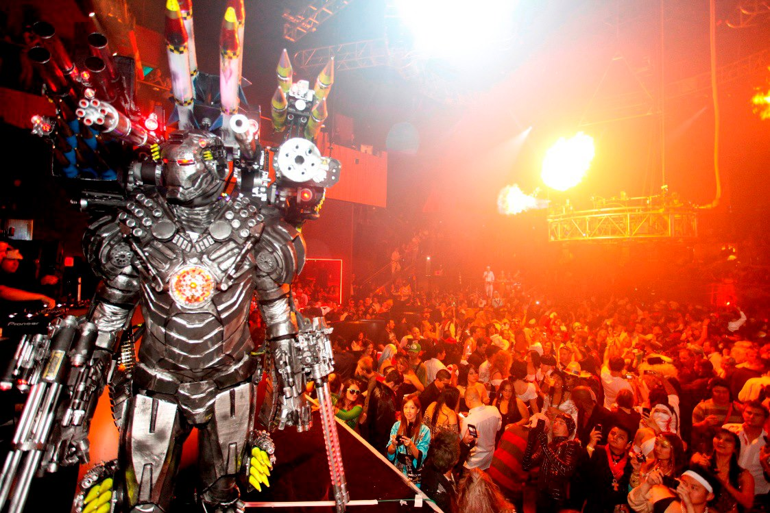 crazy costume in vegas enormous cash prizes are available to best dressed costumers - Las Vegas Halloween Costume